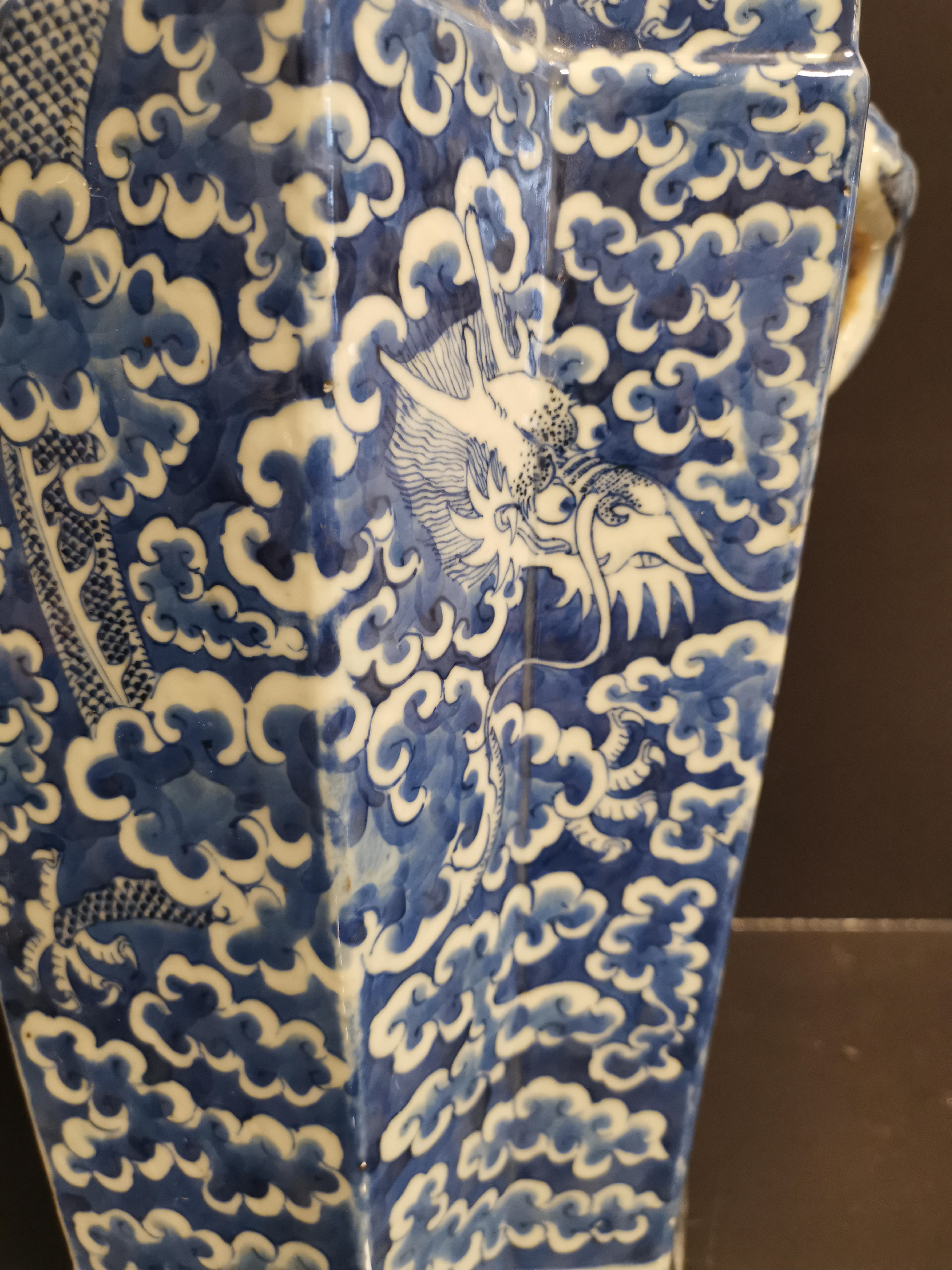 Lot 15 - VIETNAM. Vase à décor de pagode animée de personnages sur une face et d'un dragon [...]