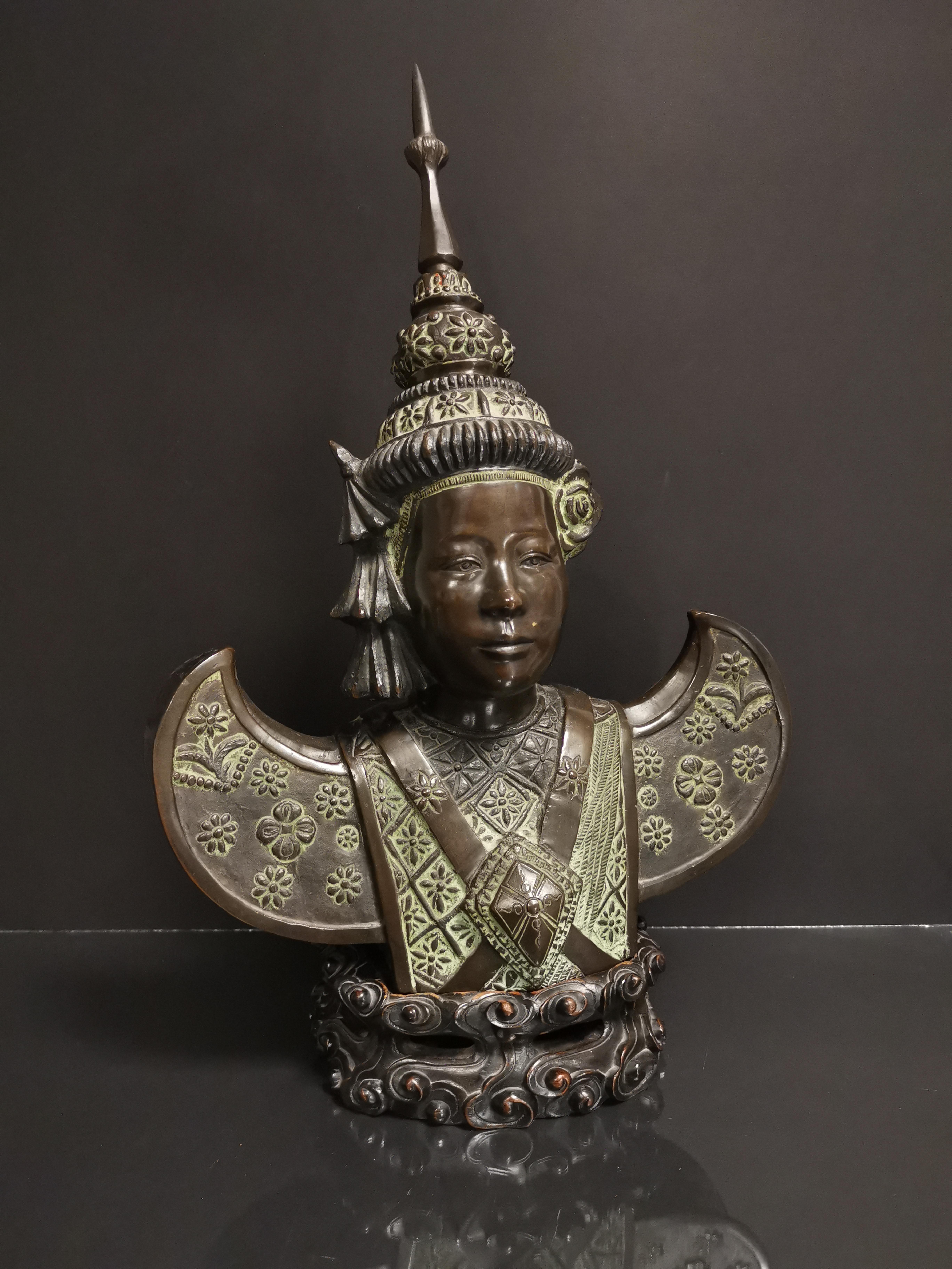 Lot 14 - VIETNAM. Buste de danseuse apsara, Bronze. H :49 cm. Socle en bois sculptée. -