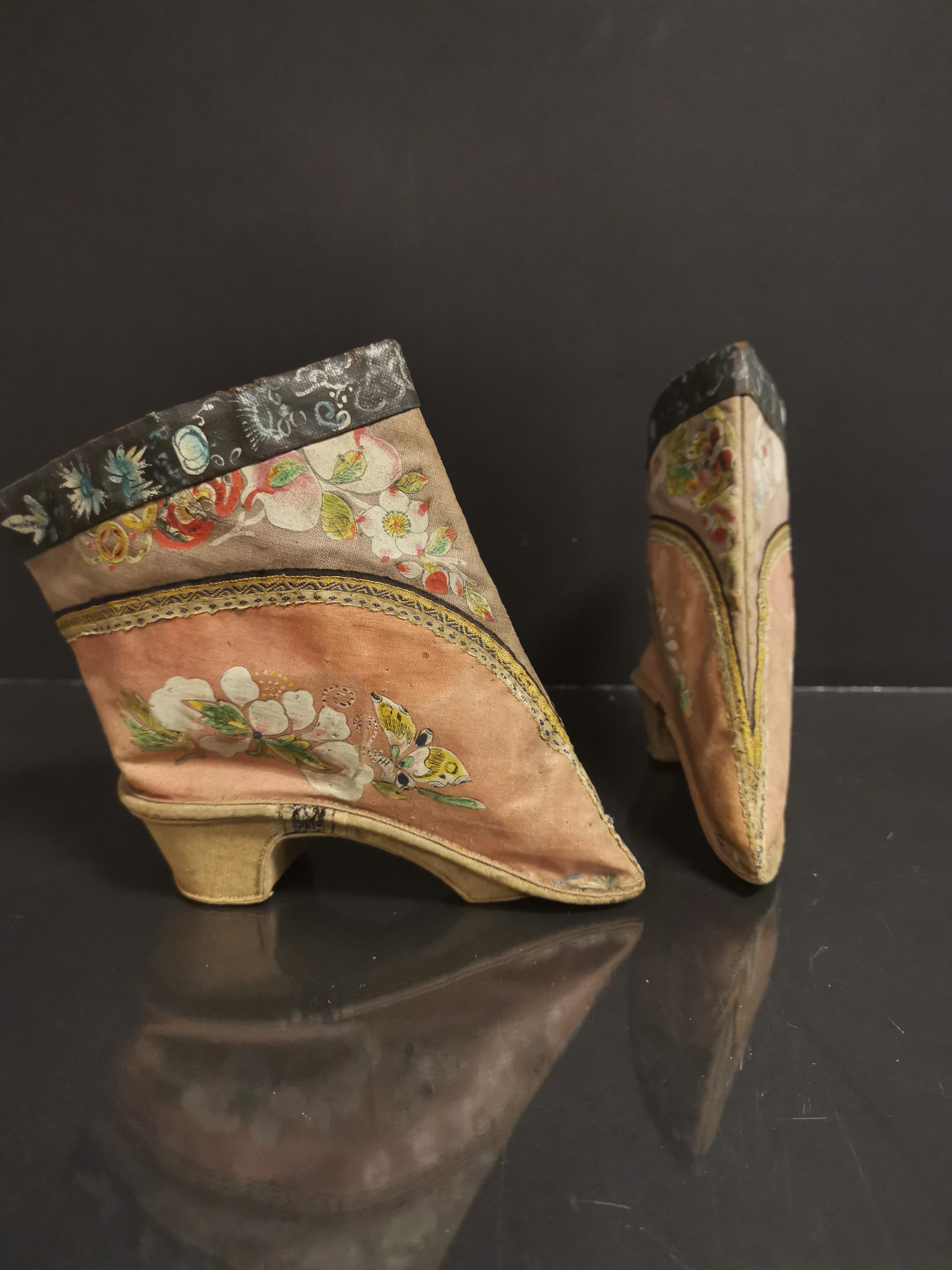Lot 20 - Paire de chaussures en soie brodée. Chine, époque Guangxu (1875-1908). L. : 14 cm. [...]