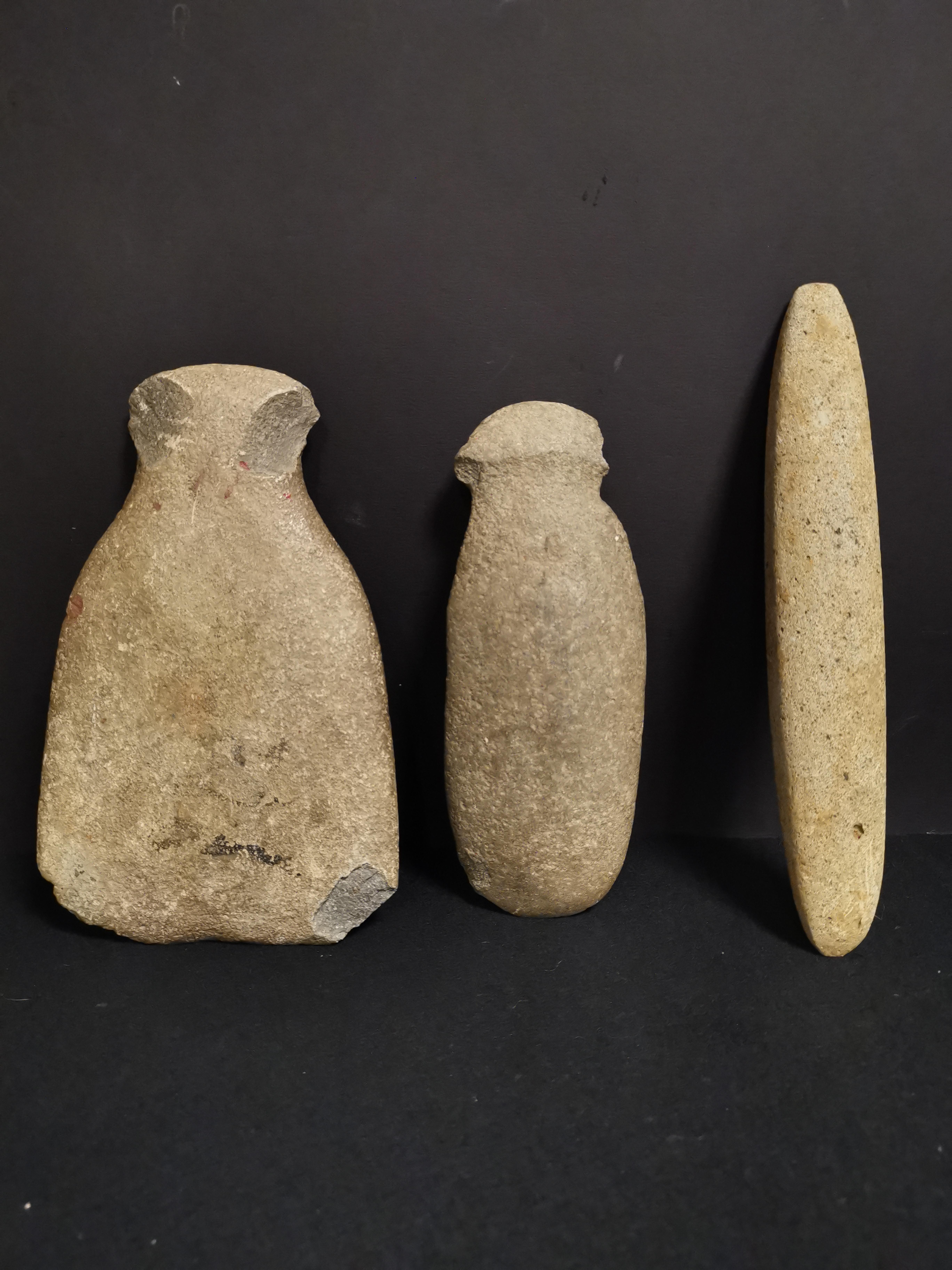 Lot 45 - Ensemble de trois haches, pierres taillées, MESOAMERIQUE (?). Deux avec éclats. -