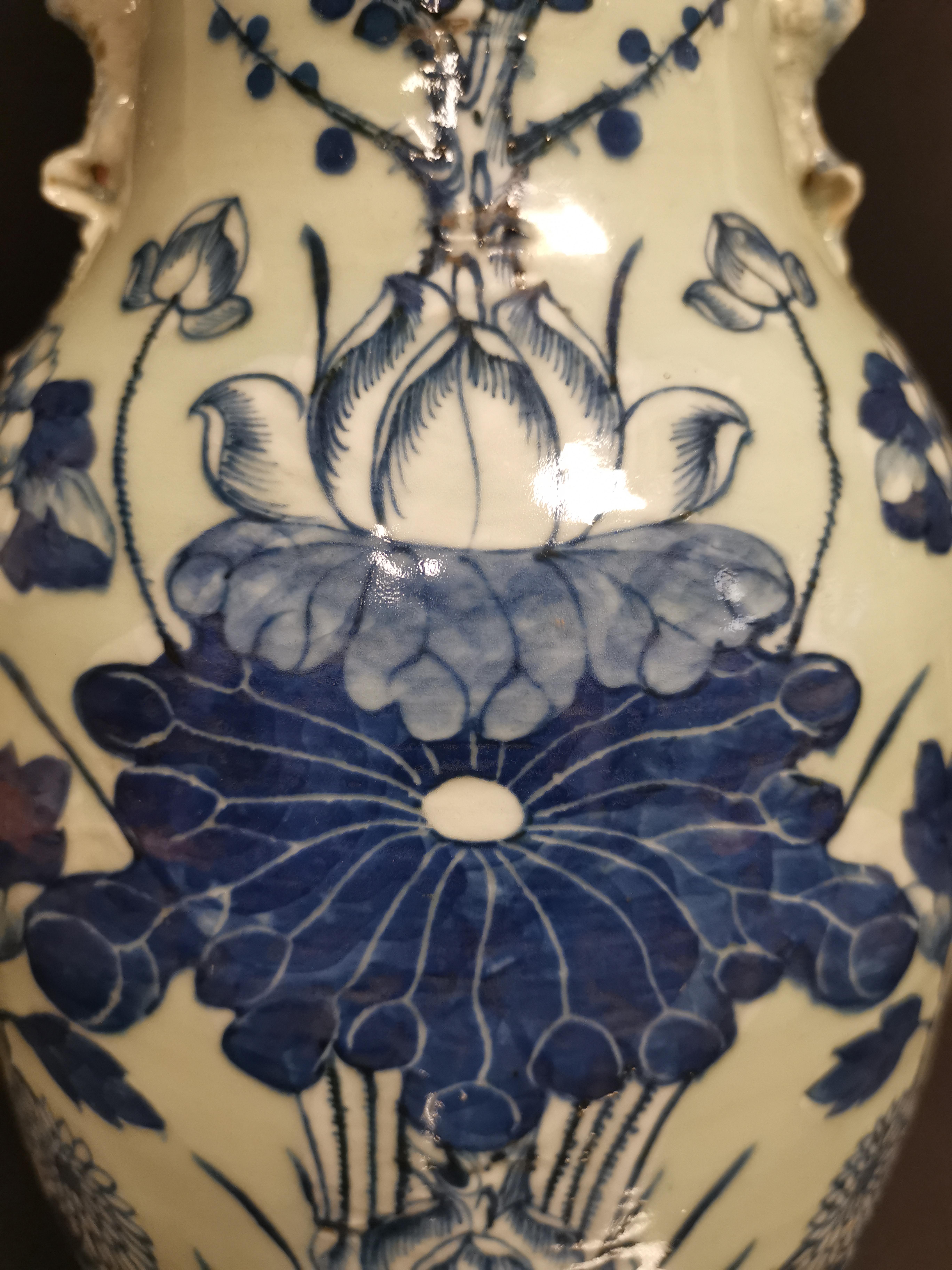 Lot 31 - CHINE. Vase balustre en porcelaine à décor bleu sur fond blanc de fleurs de lotus, [...]