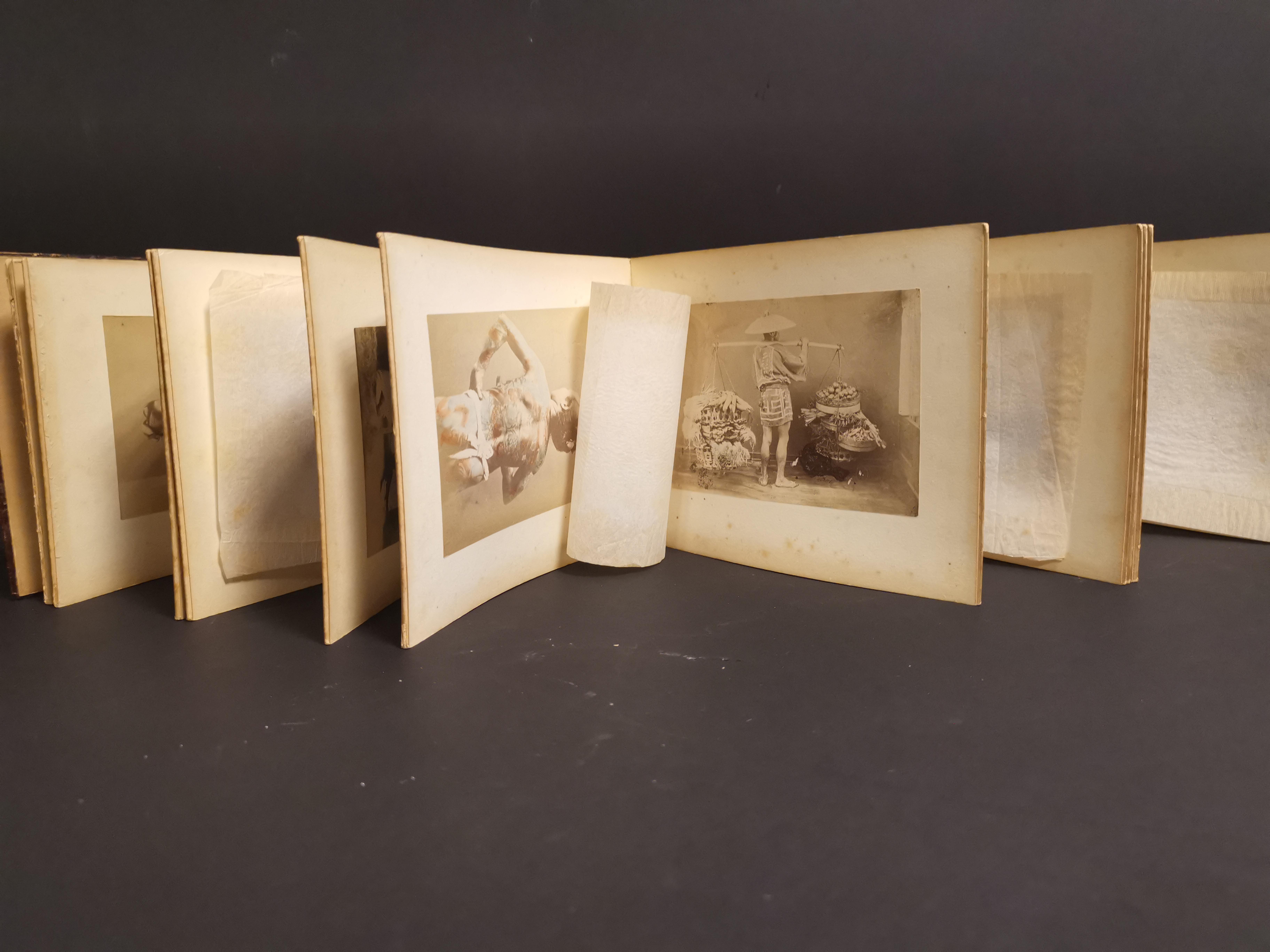 Lot 3 - JAPON. Album accordéon comprenant 38 photographies dont scène de marché, homme [...]