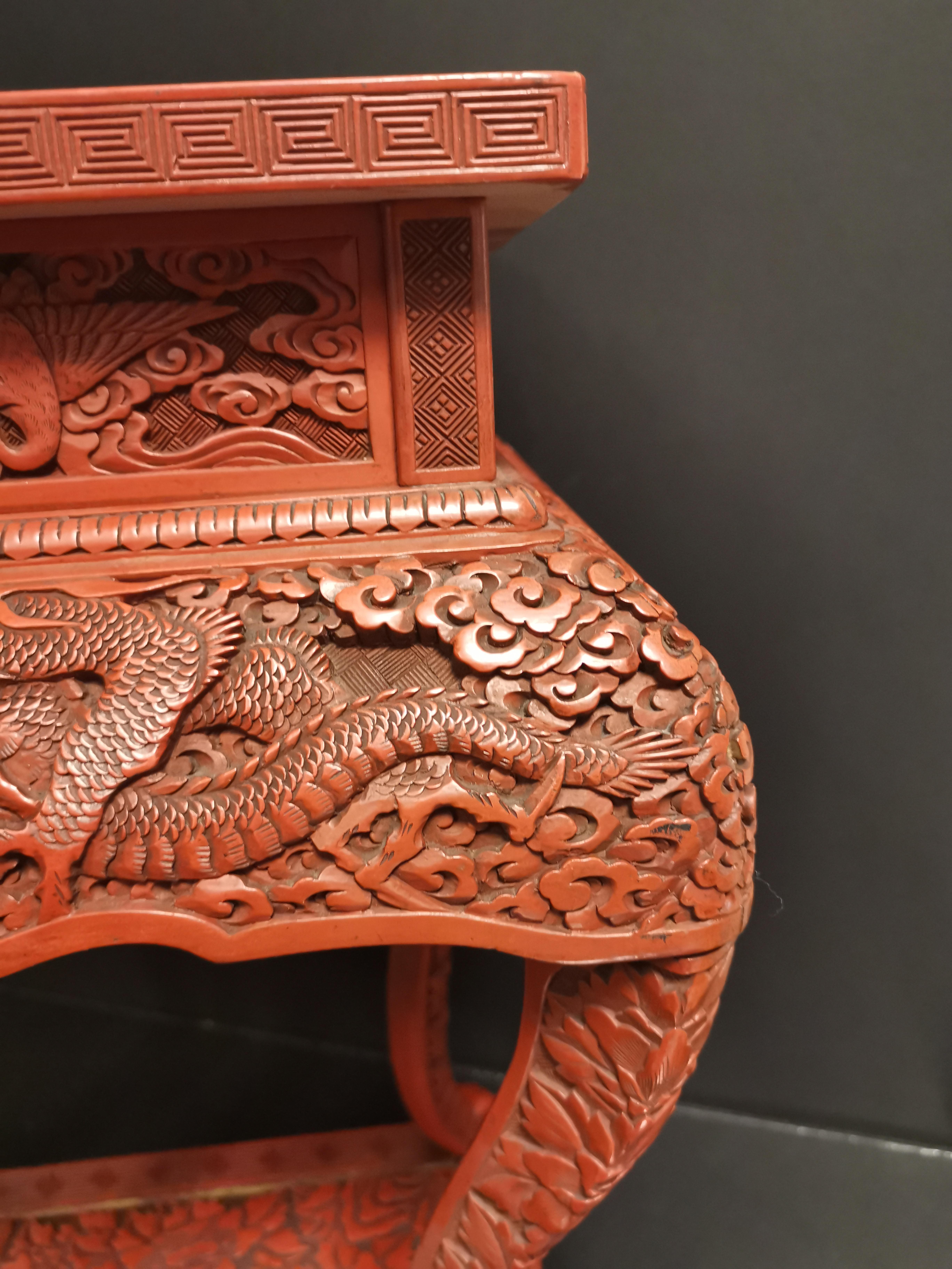 Lot 8 - Petite sellette en laque rouge sculptée. Japon, époque Meiji, circa 1900 / 1910. Le [...]
