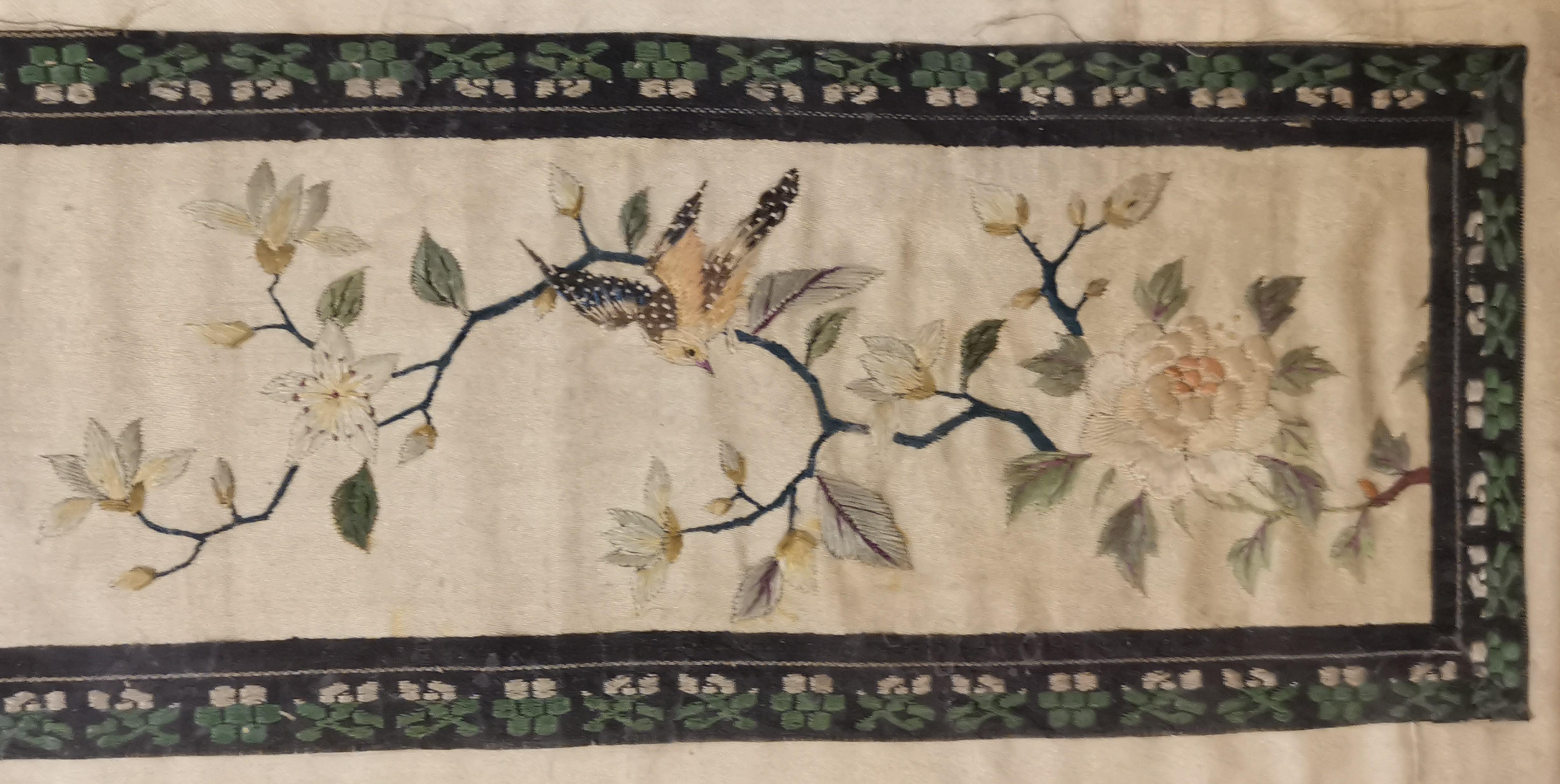 Lot 19 - CHINE. Broderie sur soie à décor dans un cartouche d'arbres en fleurs, grue et [...]