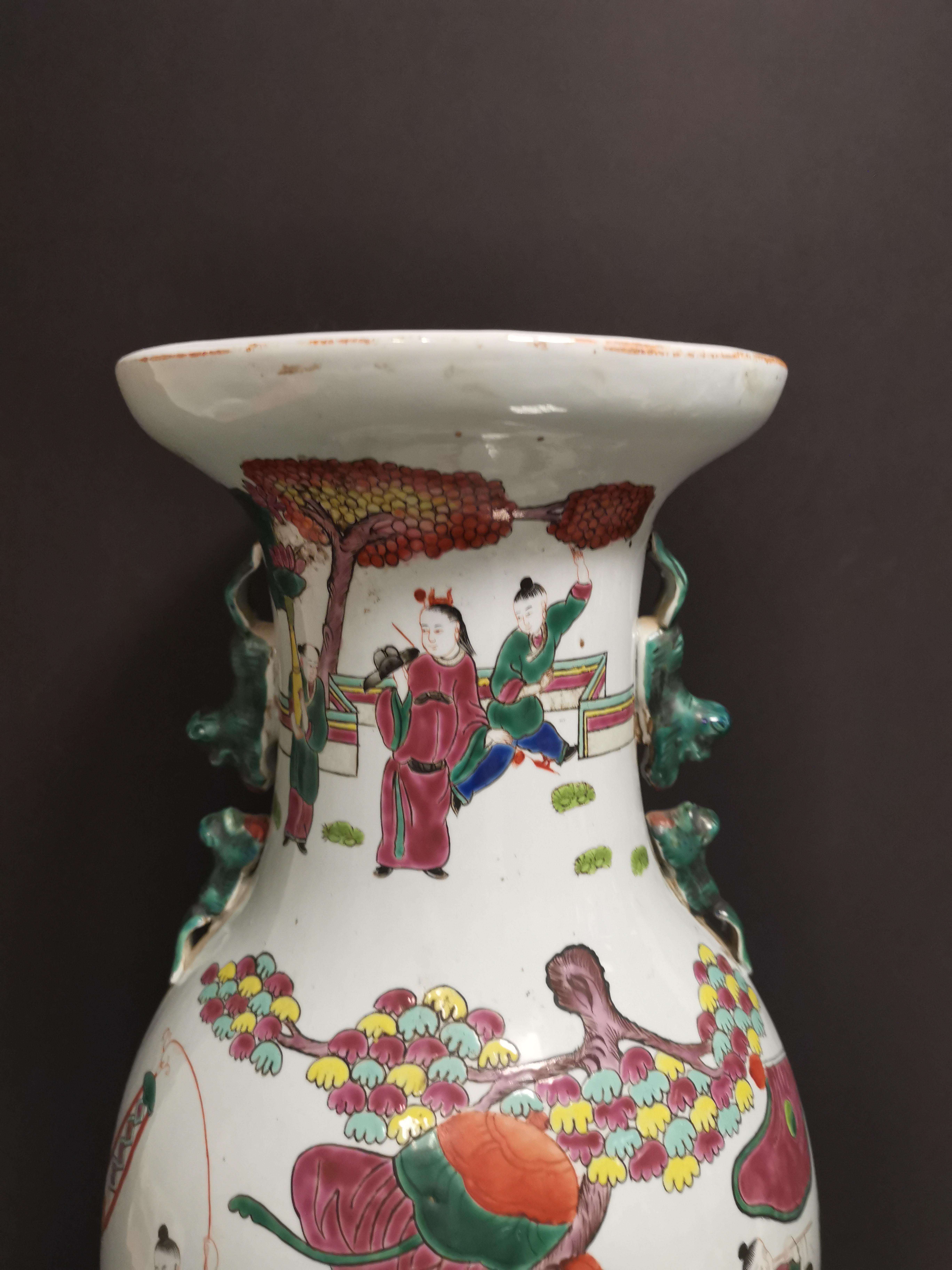Lot 32 - Vase en porcelaine polychrome Chine, XXème siècle Balustre, à décor d'un immortel [...]