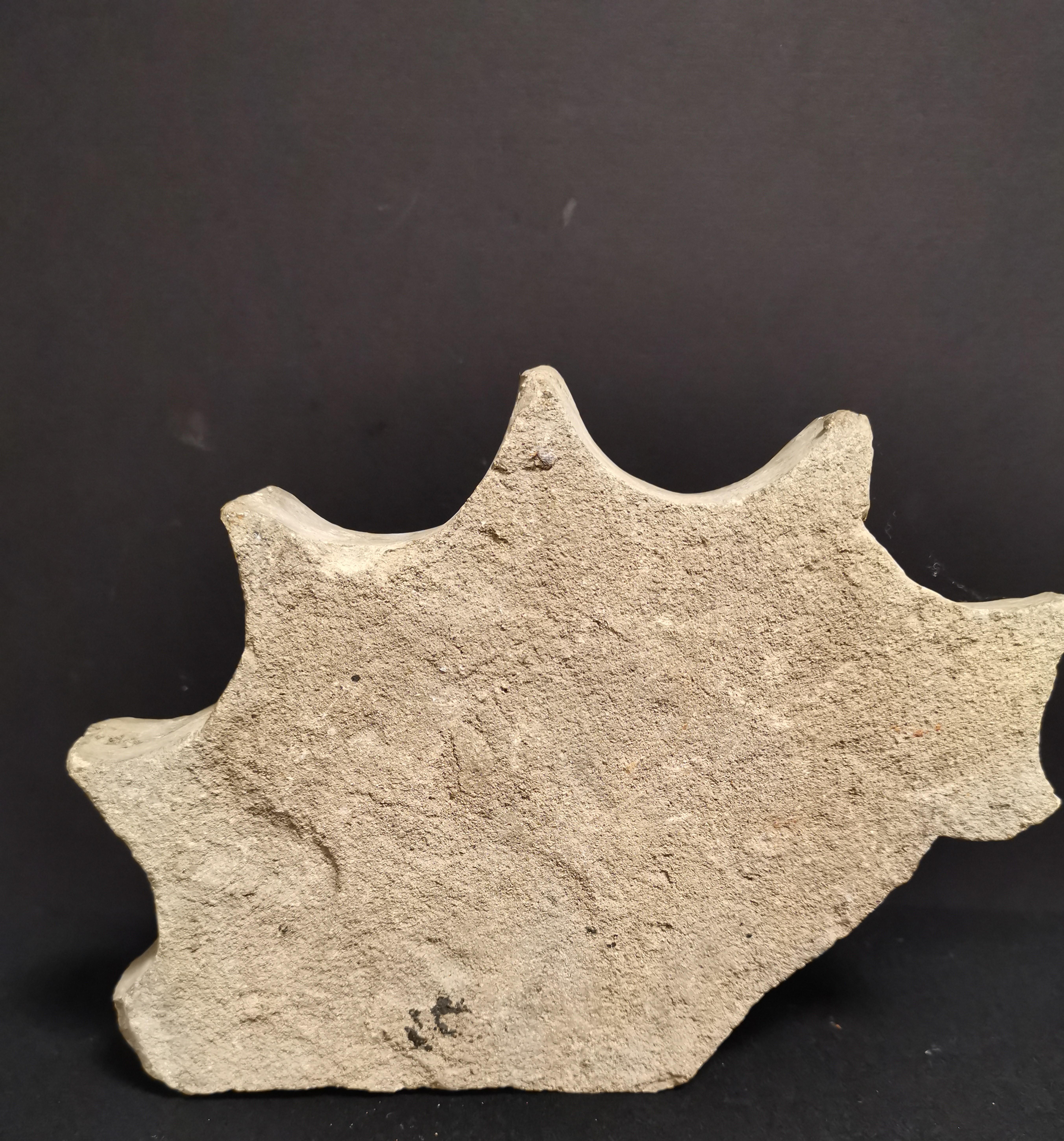 Lot 47 - Element décoratif à décor polylobé en creux, terre cuite. H. : 15,5 cm ; L. : 21 [...]
