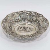 SchaleDeutsch. Silber. Durchbruchdekor mit reliefierten Putten und Blütengirlanden, im Spiegel