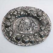 Ovale ZierplatteBarockstil. Silber. Reliefdekor: Im Fond antike Szene mit römischem Boten, der einer