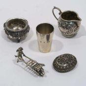 Fünf Teile SilberSilber, tlw. mit Glaseinsatz. Becher, Gewürzschälchen, Kännchen, Filigran-Döschen
