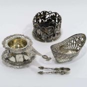 Teesieb, Schälchen und FlaschenuntersetzerDeutsch. Silber, tlw. innen vergoldet. Teesieb in