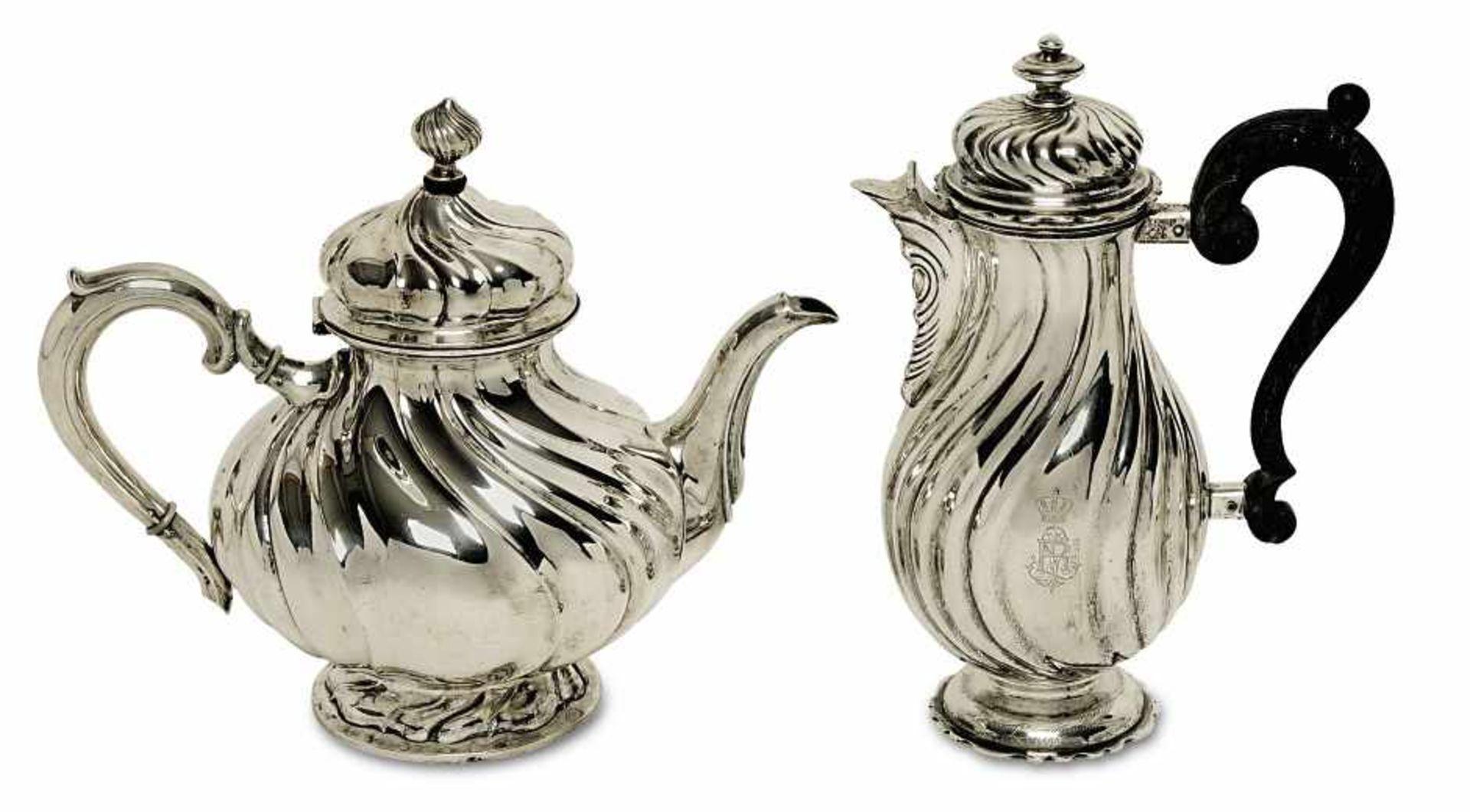 Los 19 - Kaffeekanne / TeekanneMünchen, Wollenweber, um 1899 und später Silber. Geschweifte Züge. Die