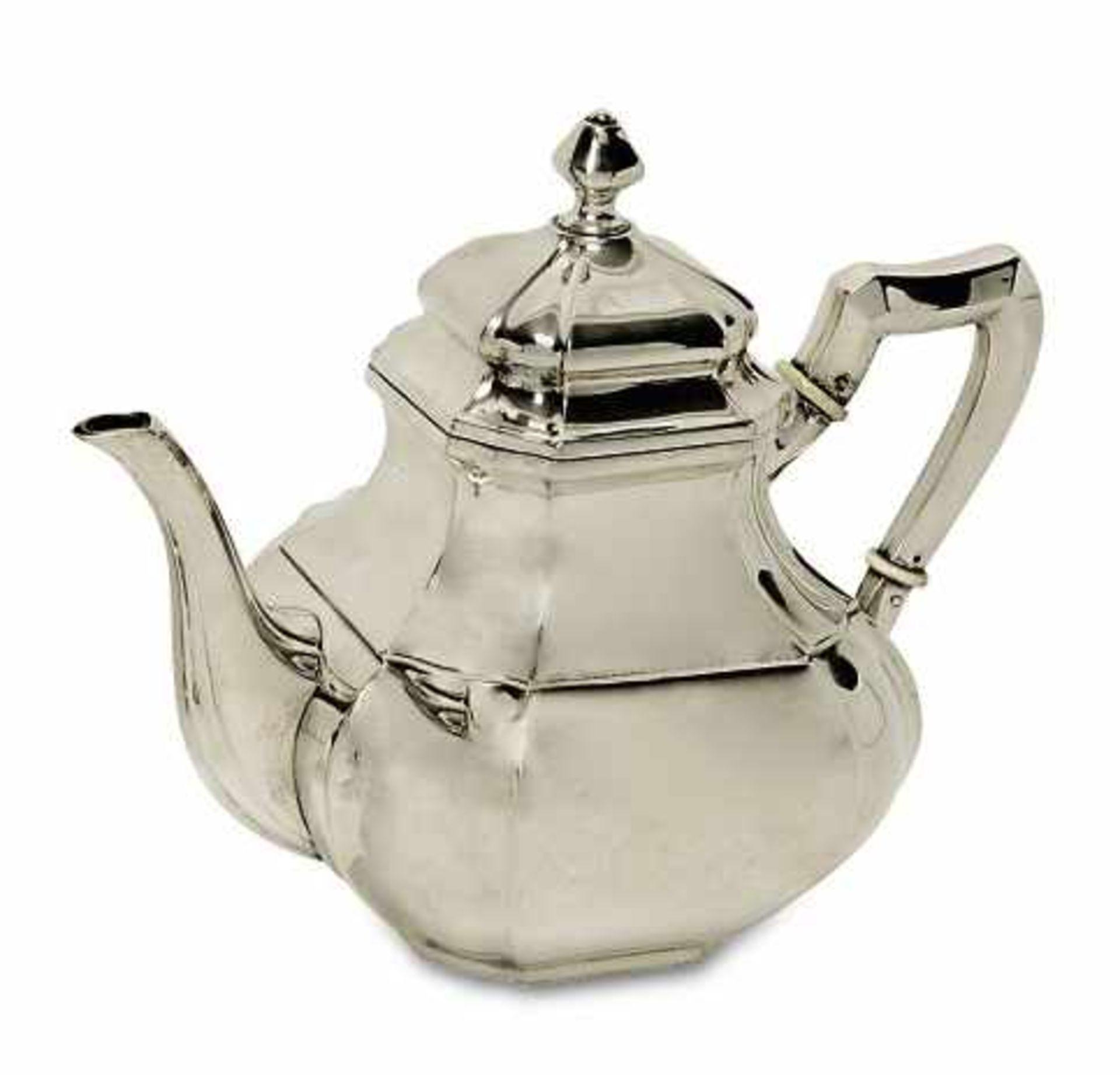 Los 18 - TeekanneDeutsch Silber. Abgeschrägte, geschweifte Ecken. Röhrenausguss. Marken (800). H. 18,5 cm.
