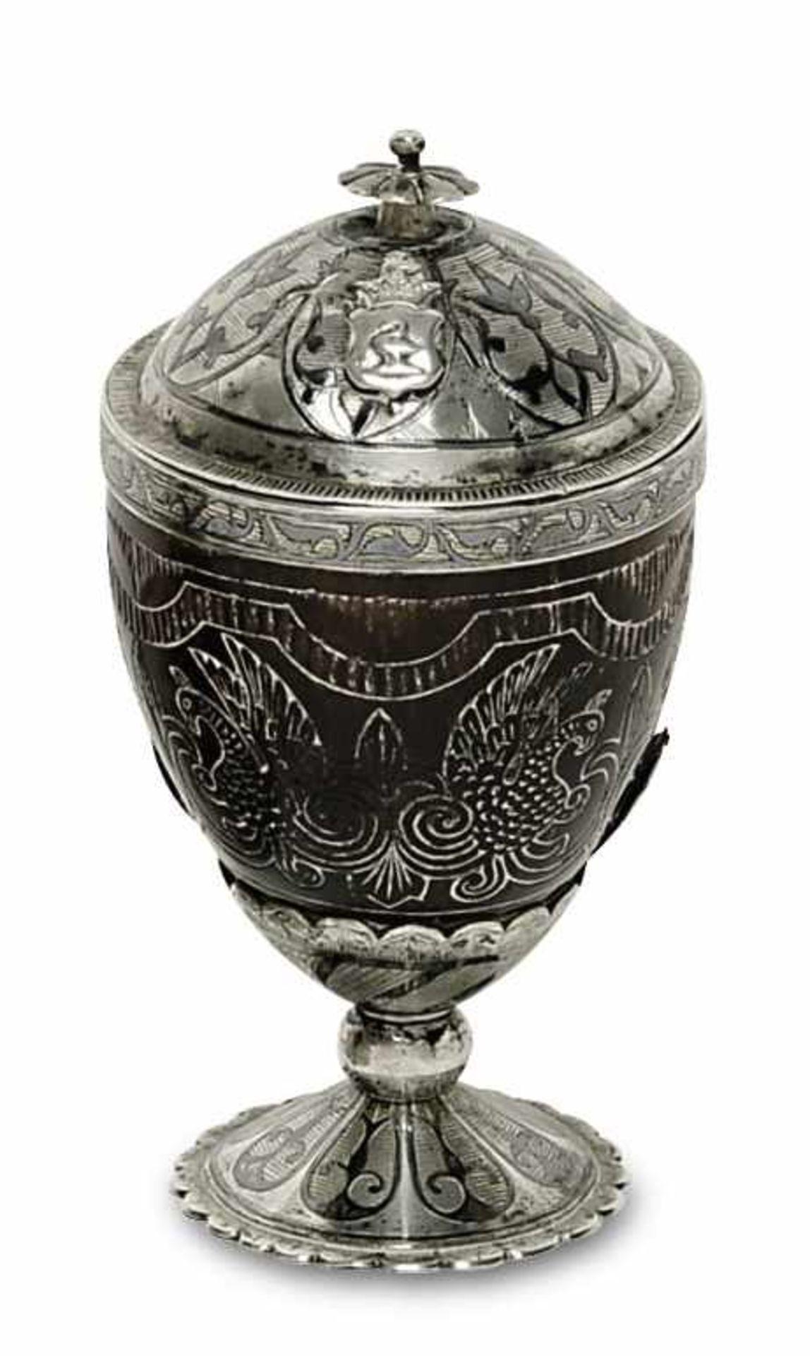 Los 10 - Kokosnuss-Deckelbecher19. Jh. Deckel, Montierung und Fuß aus Silber mit floralem Niellodekor.