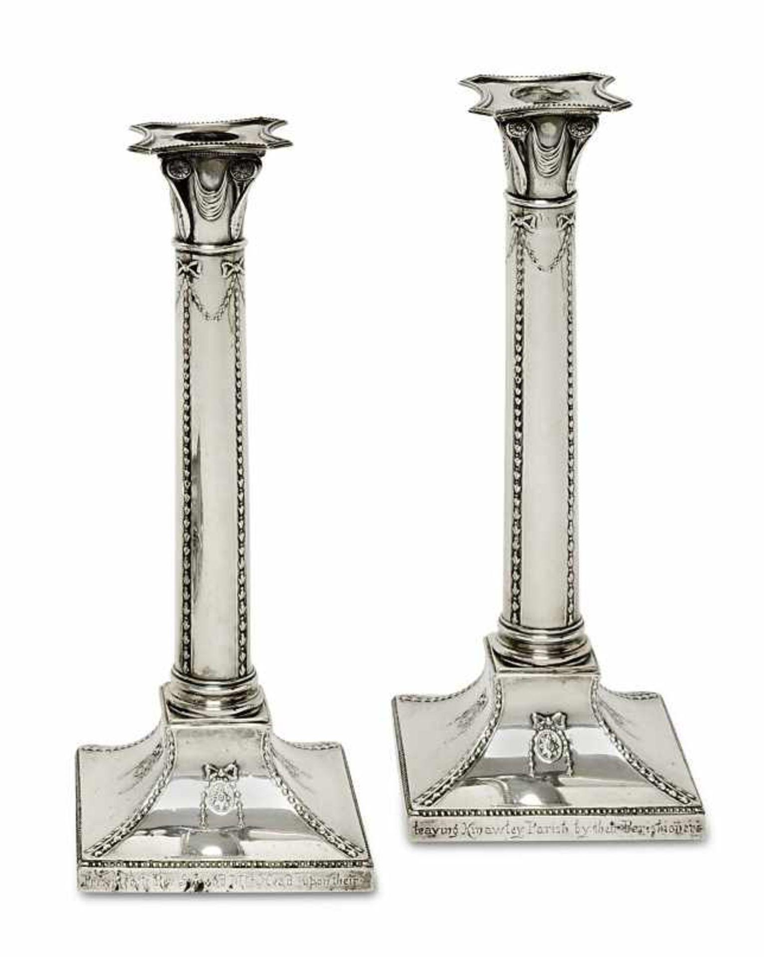 Los 17 - Ein Paar KerzenleuchterLondon, 1903/04, Thomas Bradbury & Sons Silber. Säulenform mit Girlanden- und