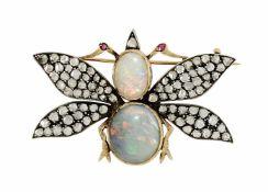 Schmetterlingsbrosche Um 1900 18 K GG. Der Körper gebildet aus zwei Opal-Cabochons, ca. 2,5 ct und