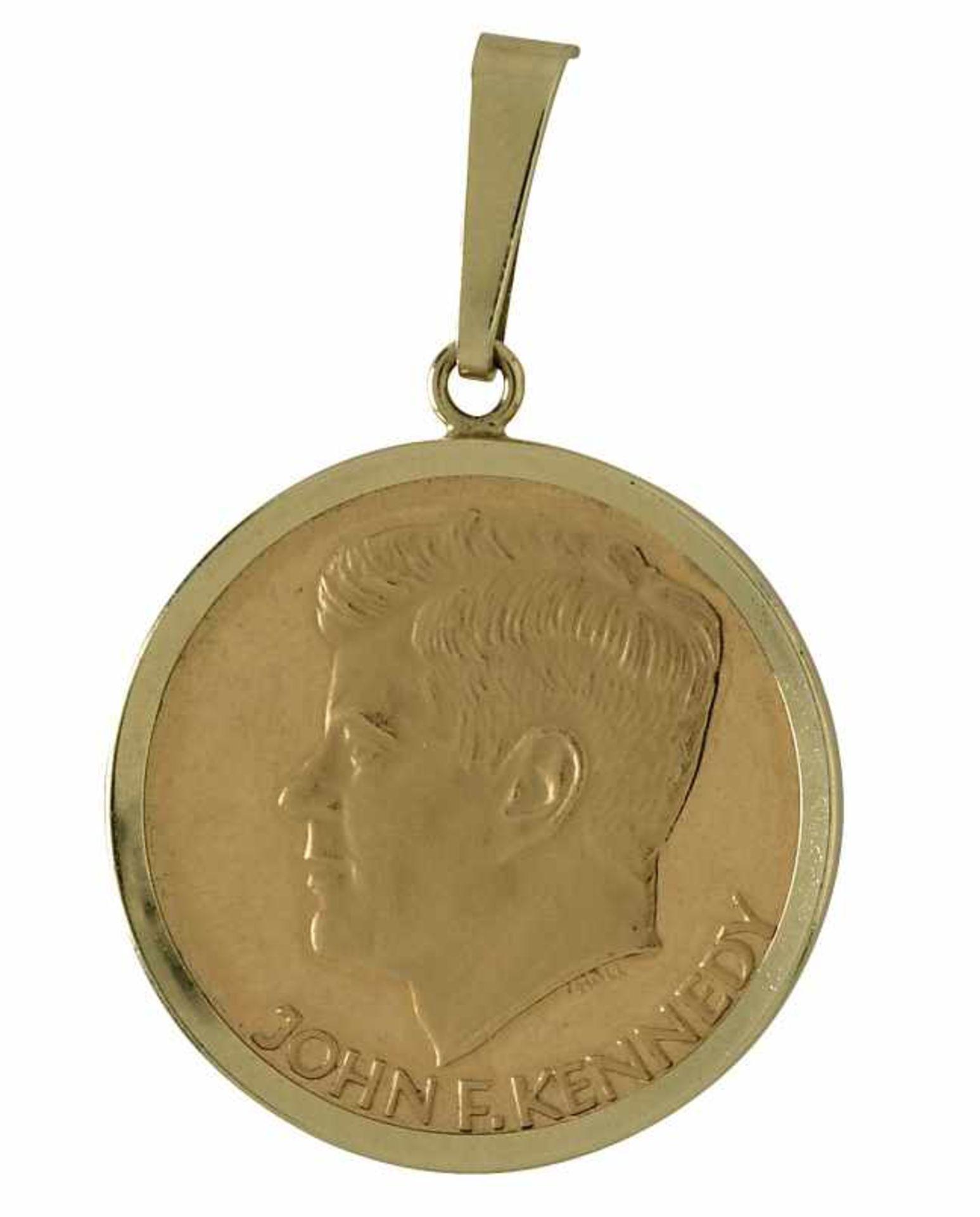 Los 31 - Münzanhänger21,6 K GG und 14 K GG, Münze und Rahmung, Marke (585). In glatter Rahmung eine John F.