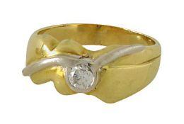 Ring18 K GG und WG. Wellenartig gearbeitet, besetzt mit einem Brillanten in Zargenfassung, ca. 0,