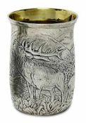 BecherDeutsch Silber, innen vergoldet. Umlaufend in Flachrelief Darstellung einer Berglandschaft mit