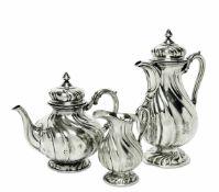 Kaffeekanne, Teekanne und SahnekännchenDeutsch, G. Hermeling u.a. Silber. Geschweift gerippte