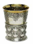 BecherDeutsch Silber, teilvergoldet. Konisch auf leicht ausgestelltem Fuß. Untere Wandungshälfte