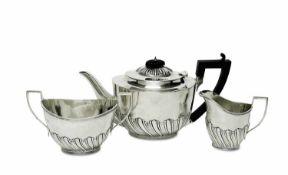 Teekanne, Milchkännchen und ZuckerschaleLondon, 1898/99, Charles Stuart Harris Silber. Glatte, in