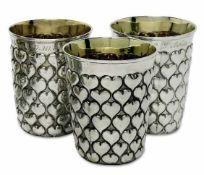 Drei HerzbecherDeutsch Silber, teilvergoldet. Konische Wandung mit Herzbuckeln und abgesetztem