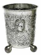 Großer KugelfußbecherWohl Historismus Silber. Konisch auf drei Kugelfüßen, ausgestellter Lippenrand.