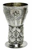 Kleiner PokalHanau, Ende 19. Jh., Fa. Neresheimer Silber, teilvergoldet. Römer-Form: auf