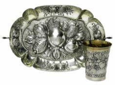 Fruchtschale / BecherDeutsch Silber. Schale: Oval, mit reliefiertem Früchtedekor auf punziertem