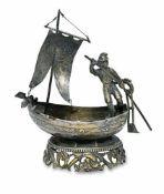 SalzschiffchenHistorismusSilber, Reste von Vergoldung. Auf durchbrochenem Rankensockel kleines