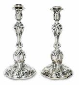 Ein Paar LeuchterBerlin, Mitte 19. Jh., Franz Gustav David VollgoldSilber. Auf Vasentülle,