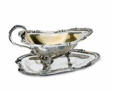 SaucièreBrüssel, Wolfers Frères Silber, teilvergoldet. Saucière auf drei Füßen mit Rocailledekor,