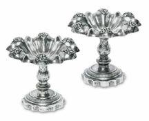 Ein Paar GewürzschälchenWien, Mitte 19. Jh.Silber. Gerippte, gebuckelte Schälchen mit aufgelegten