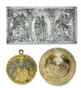 Zwei Reliefplakettenu.a. GriechenlandSilber, tlw. vergoldet. Runde, mittig kugelig gewölbte Plakette