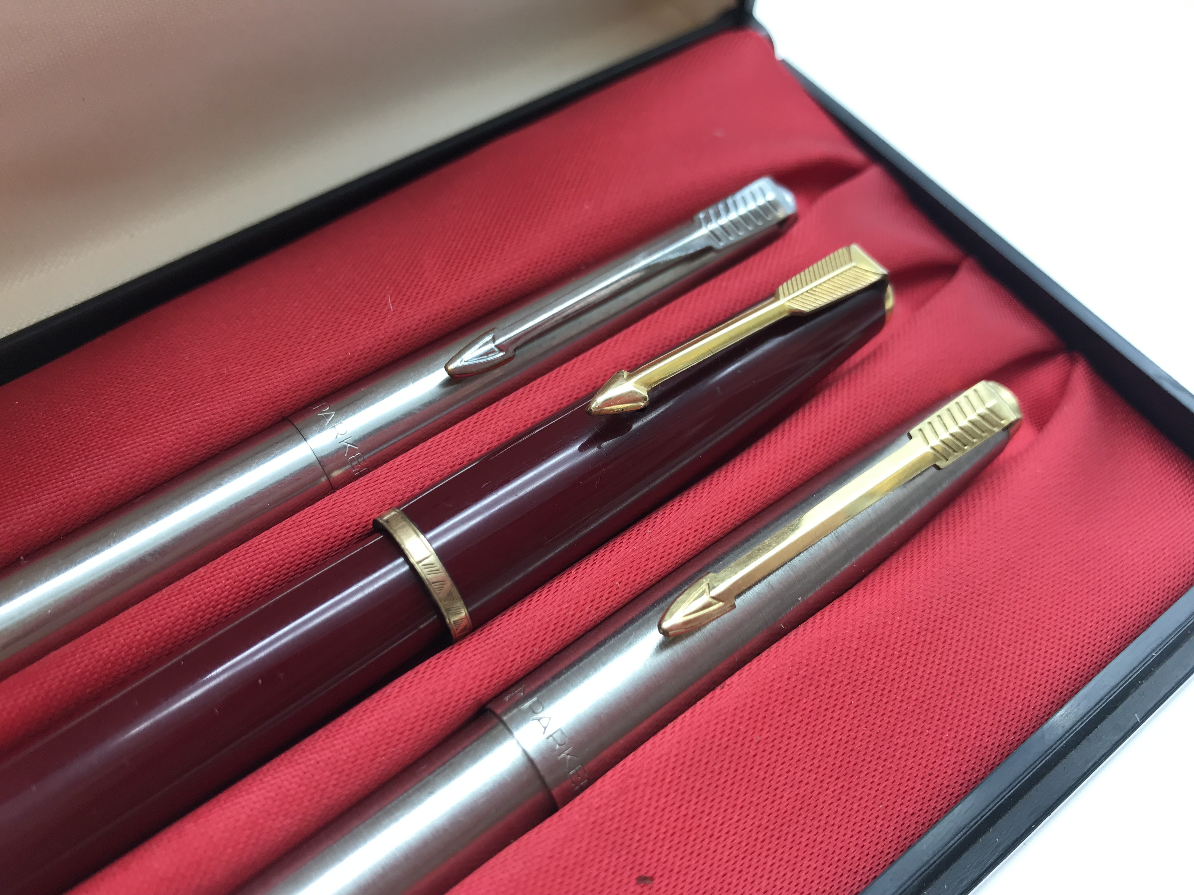 Lot 7 - PARKER PENS SET INCLUDING ONE WITH 14K GOLD NIB