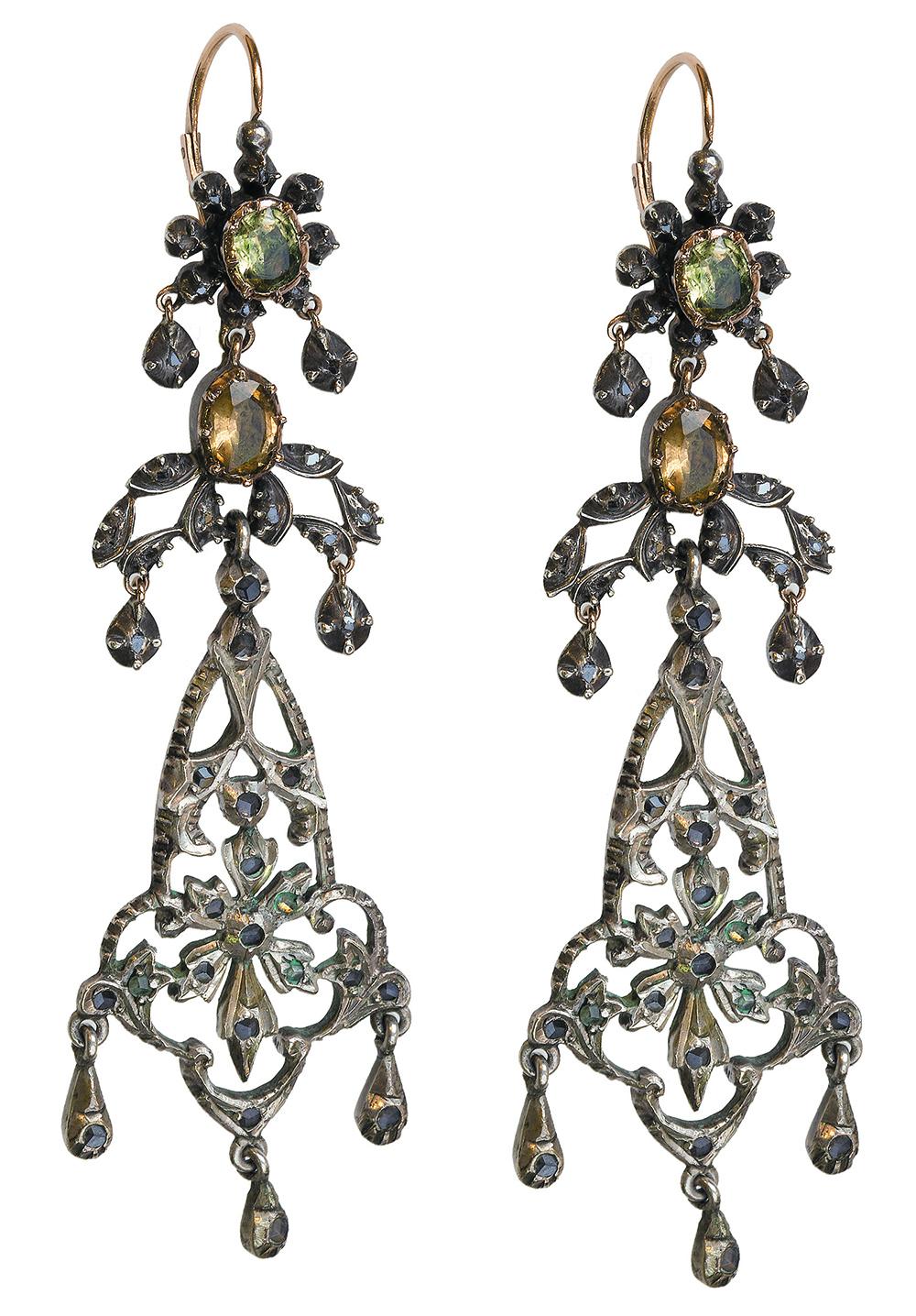 Lot 13 - Pendientes largos S. XIX con citrinos y diamantes en la parte superior, y zafiros blancos en la