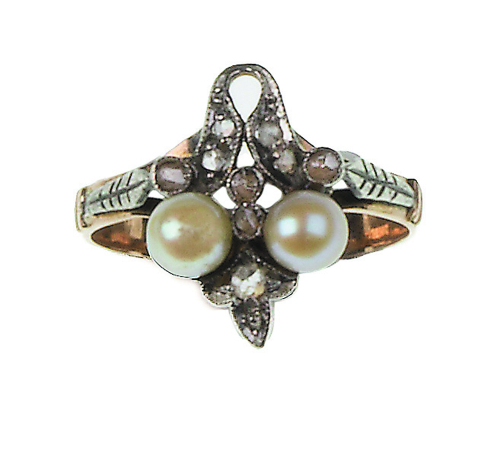 Lot 24 - Sortija con dos perlas y hojitas de diamantes en montura de oro de 19K con vistas en plata Peso