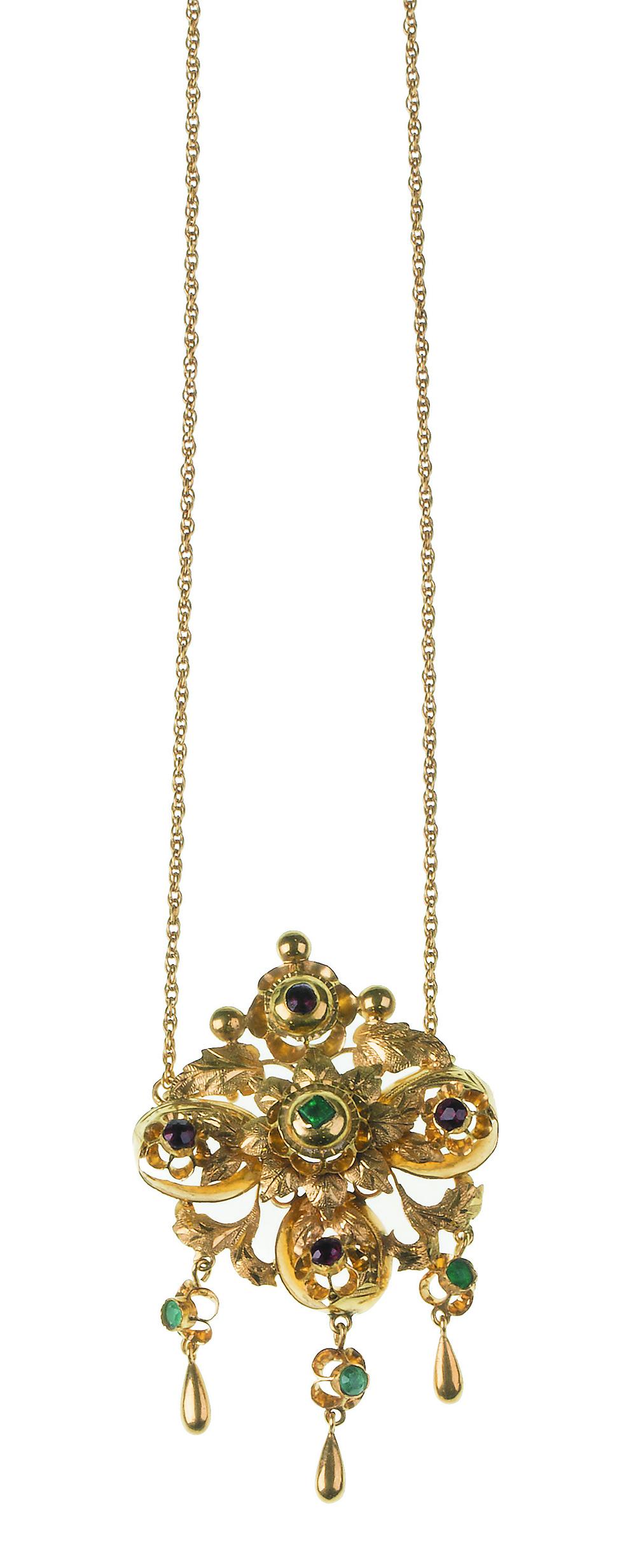 Lot 36 - Pendentif con centro floral adornado con esmeraldas, rubíes y zafiros que pende de cadena Medidas