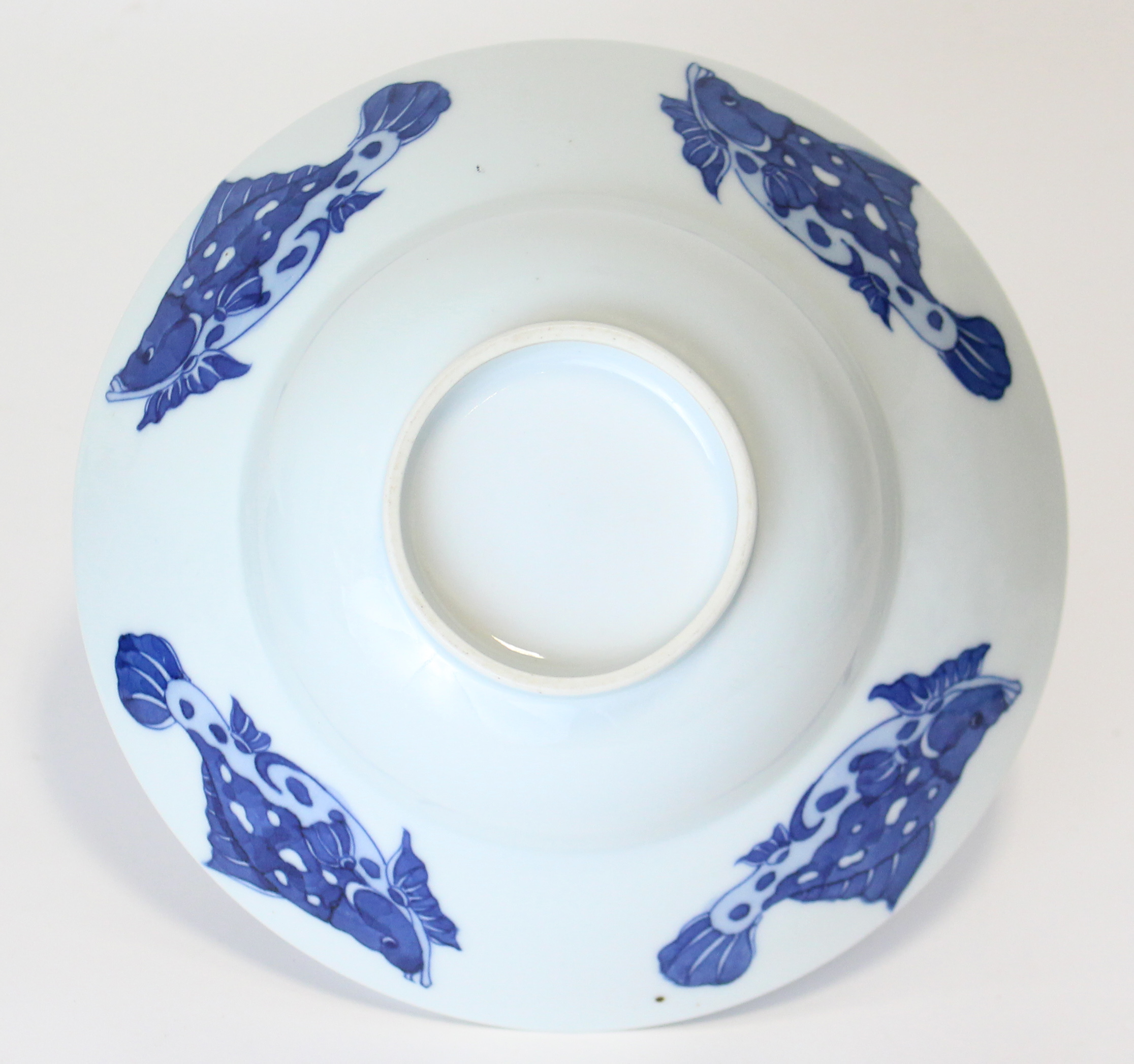 Lot 207 - A Chinese blue & white porcelain bowl, the wide flared rim decorated with fish to the exterior &