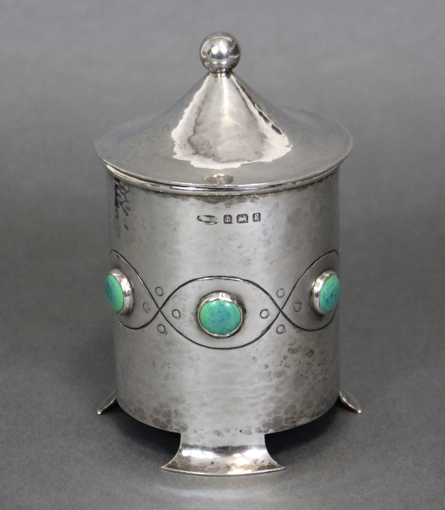 Lot 80 - AN EDWARDIAN ARTS & CRAFTS SILVER POT & COVER , the cylindrical body with planished surface, inset