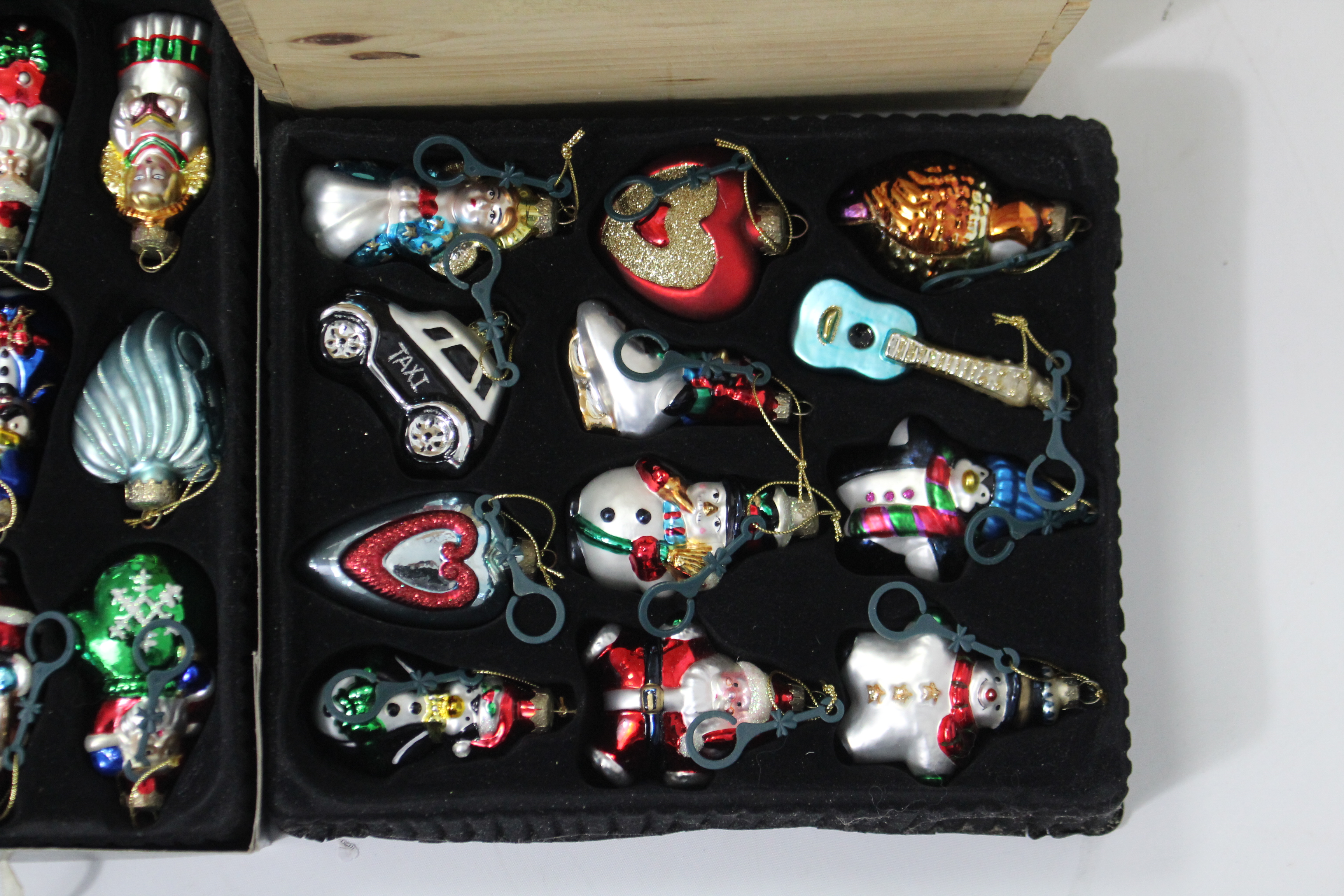 Lot 292 - Two sets of Thomas Pacconi Classics Christmas decorations, boxed; together with various other