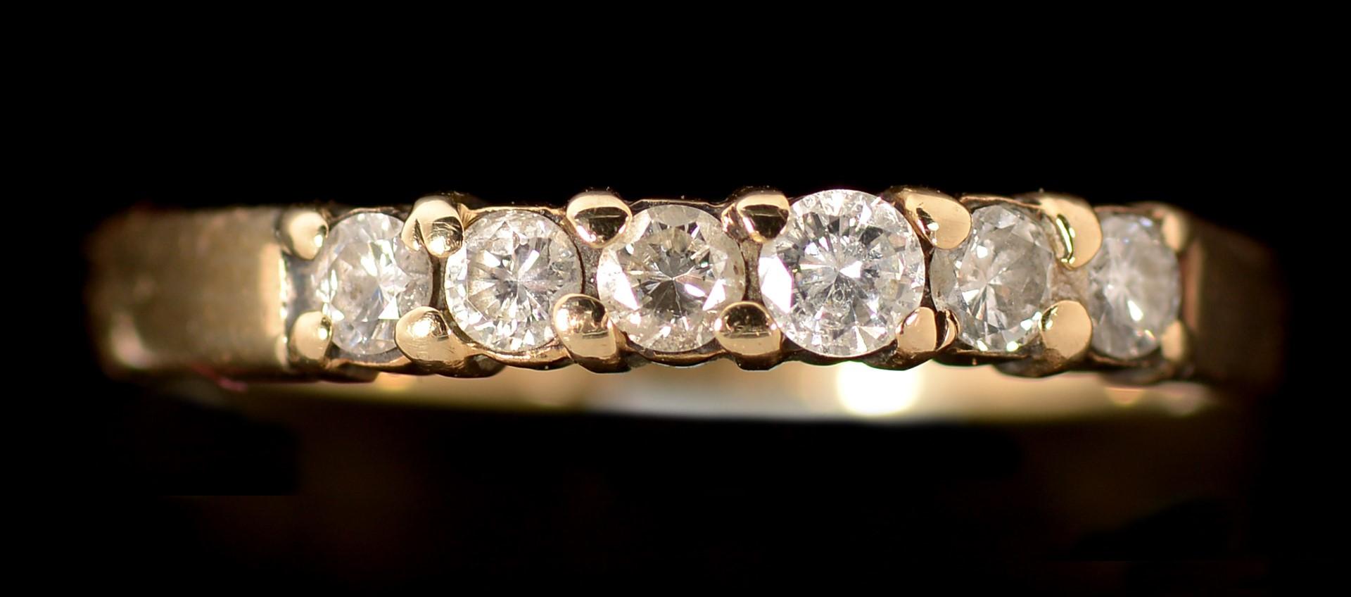 Lot 509 - Six stone diamond ring