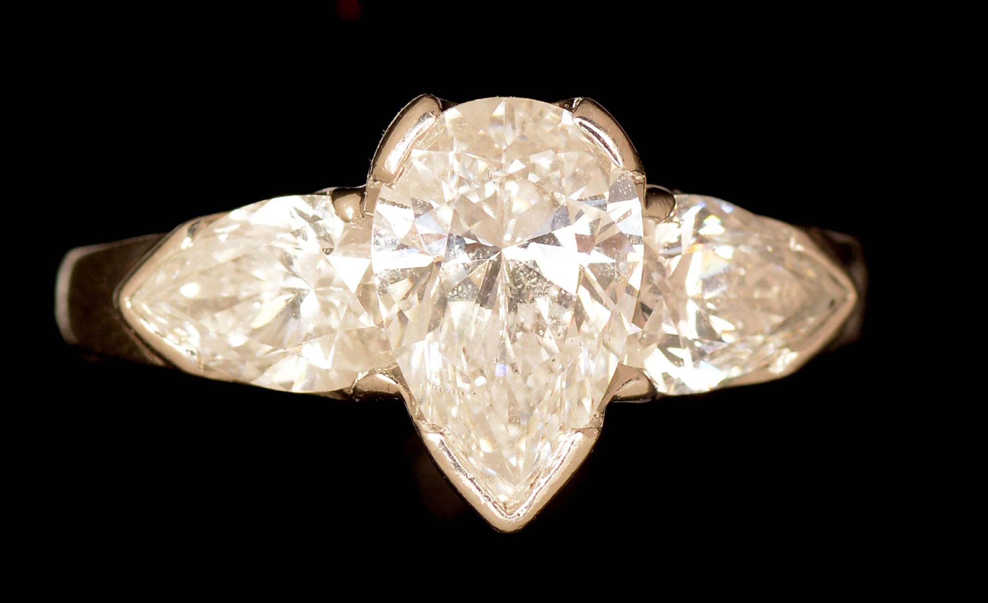 Lot 515 - Three stone diamond ring