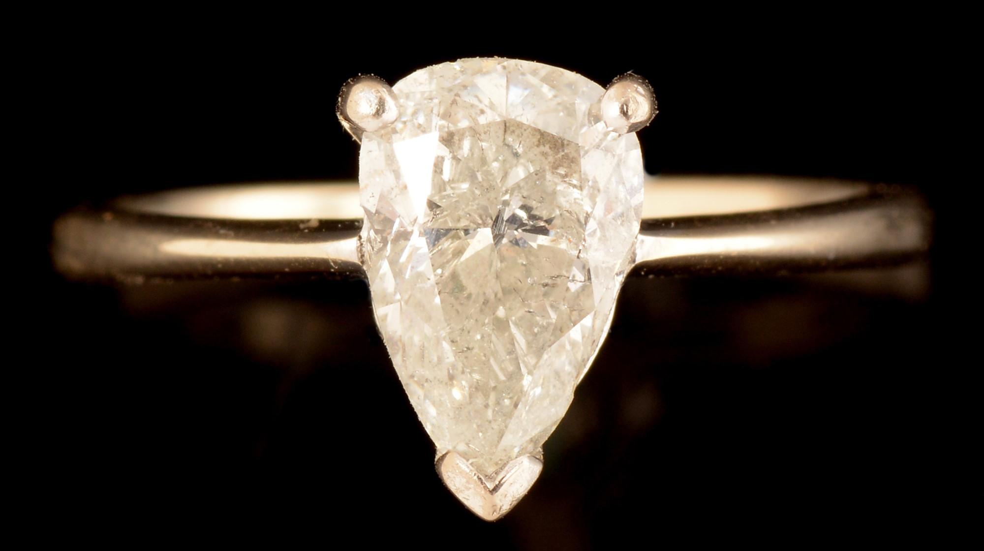 Lot 516 - Pear cut diamond ring