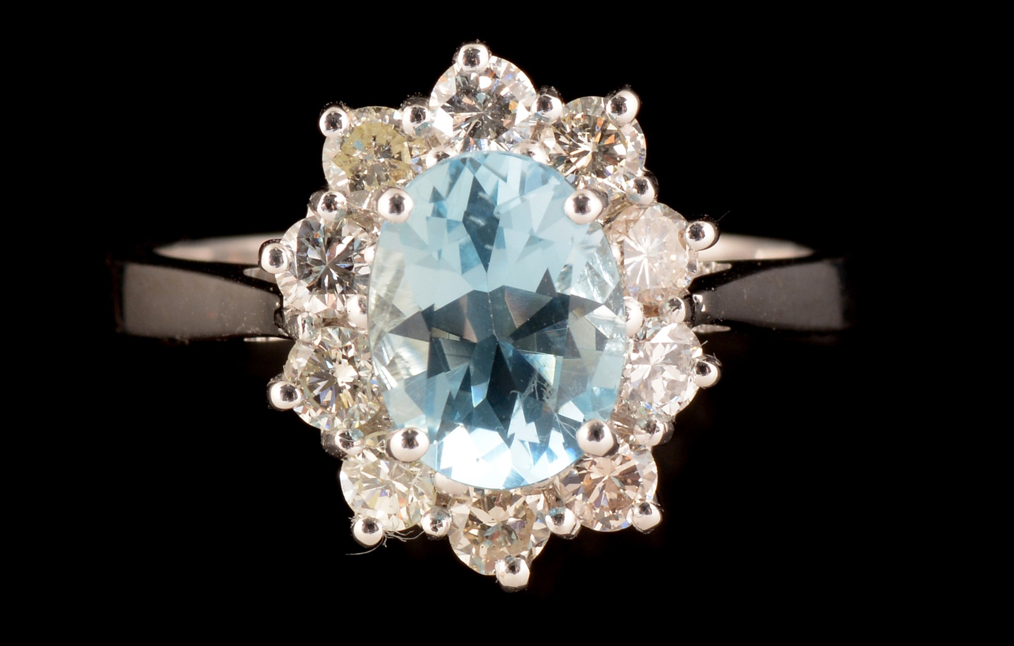Lot 501 - Aquamarine and diamond ring