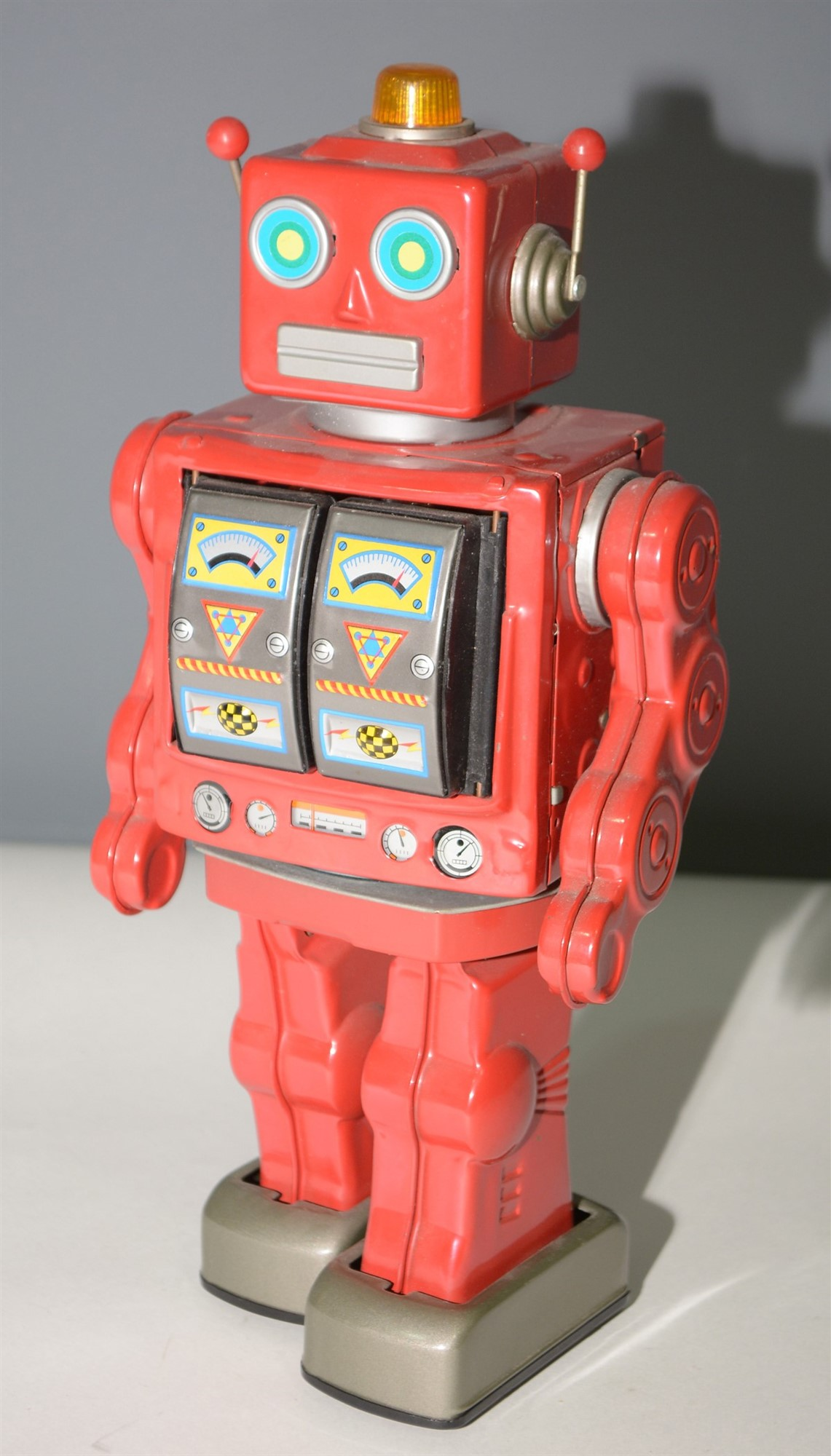 Lot 1037 - Tin plate fighting robot