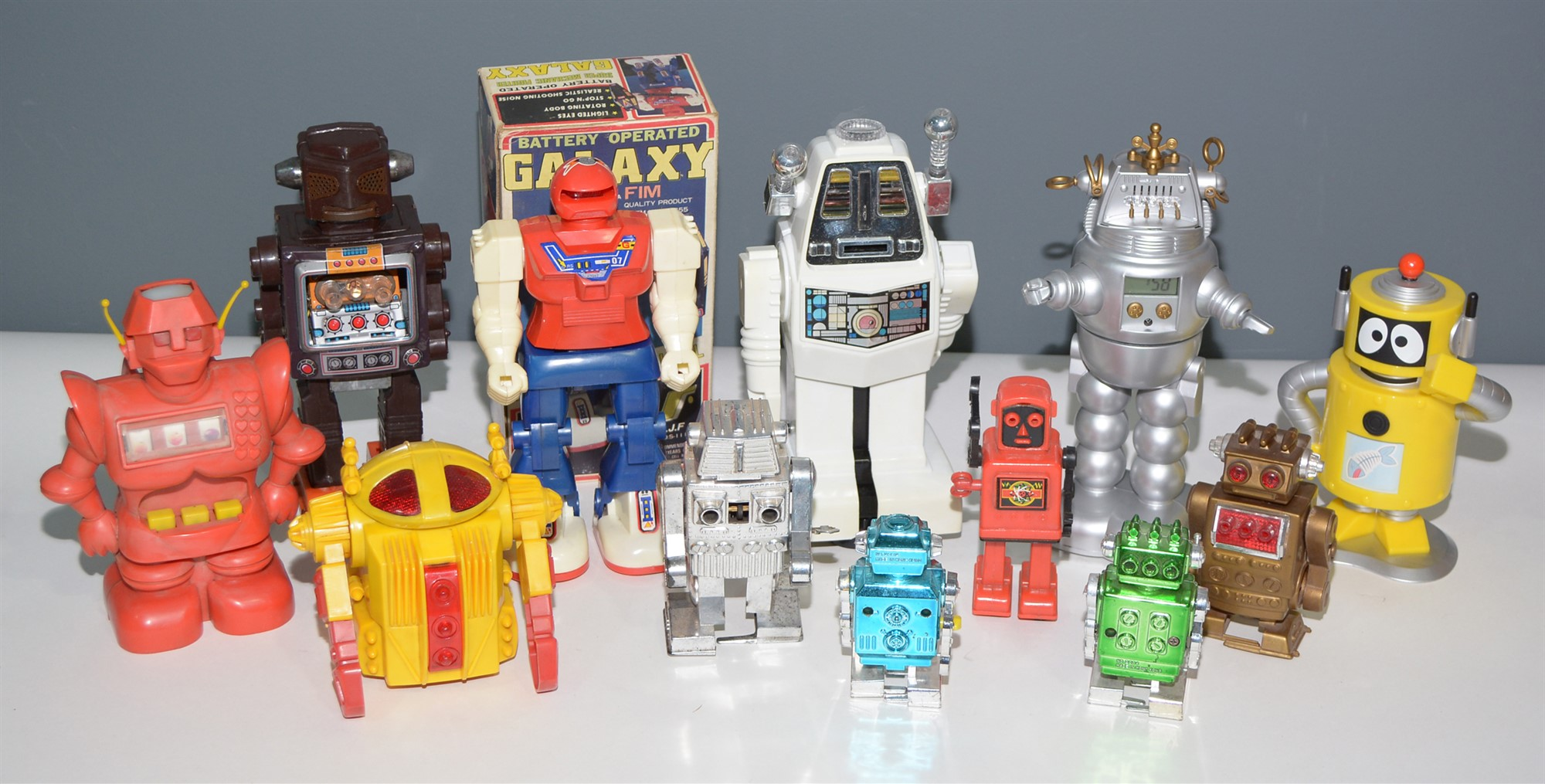 Lot 1043 - Plastic robots