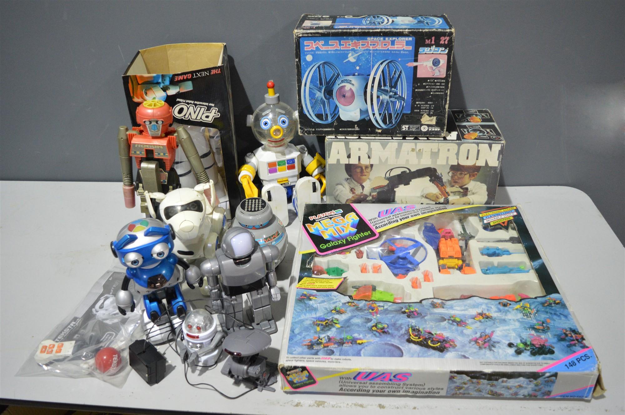 Lot 1008 - Toy robots