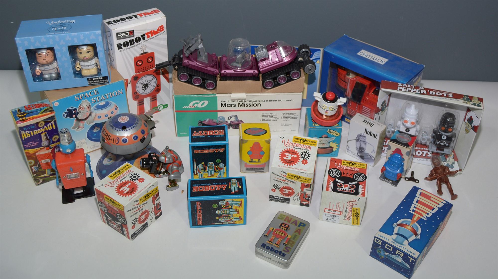 Lot 1055 - Toy robots