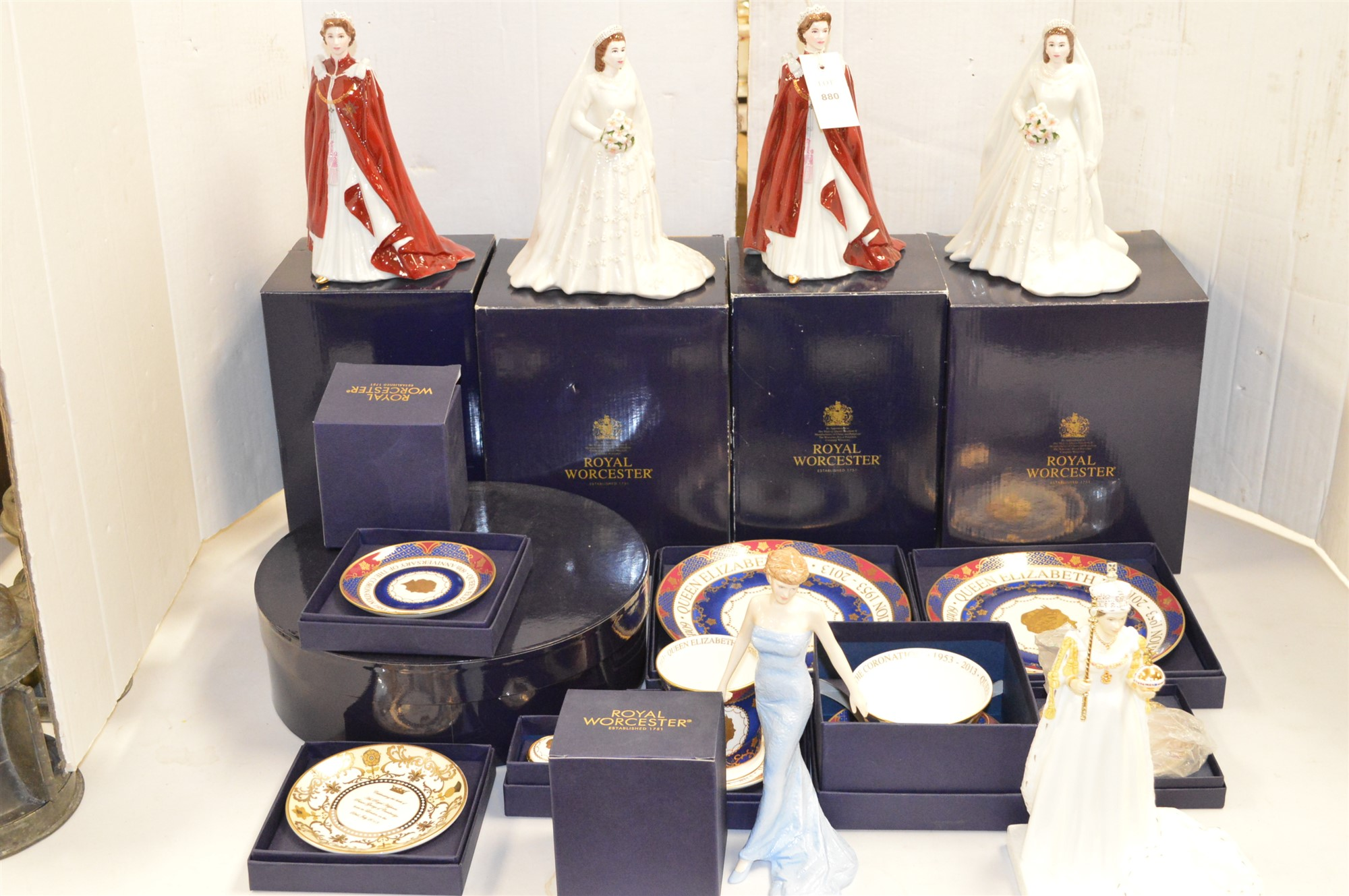 Lot 880 - Mixed figurines and plates